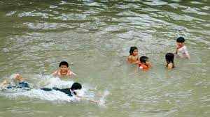 Trẻ có nguy cơ chết đuối rất cao khi trốn tránh gia đình tìm đến khu vực sông hồ để bơi lội (Ảnh: Internet)
