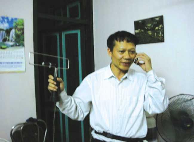 TS địa vật lý Nguyễn Trọng Nga và kỹ sư Nguyễn Văn Hào đang biểu diễn máy BXT.