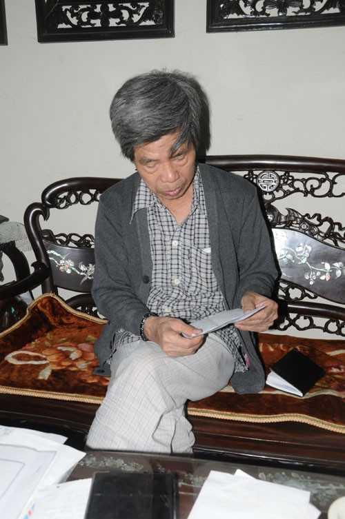Ông Lê Văn Viễn ngồi nhà dõi theo tin tức của những người trong gia đình đi tìm kiếm.