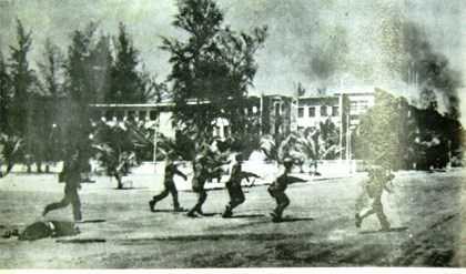 Quân tình nguyện Việt Nam và lực lượng vũ trang yêu nước Campuchia tấn công giải phóng PhnomPenh. Ảnh tư liệu