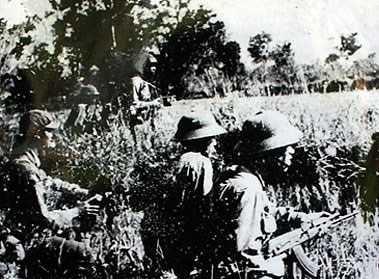 Bộ đội tình nguyện Việt Nam và lực lượng cách mạng Cam-pu-chia phối hợp đánh địch. Ảnh tư liệu