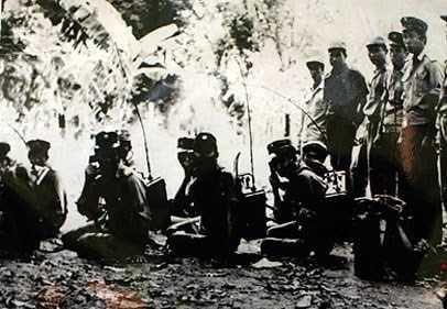 Bộ đội tình nguyện Việt Nam và lực lượng cách mạng Cam-pu-chia huấn luyện hiệp đồng thông tin liên lạc trước khi vào chiến dịch. Ảnh tư liệu