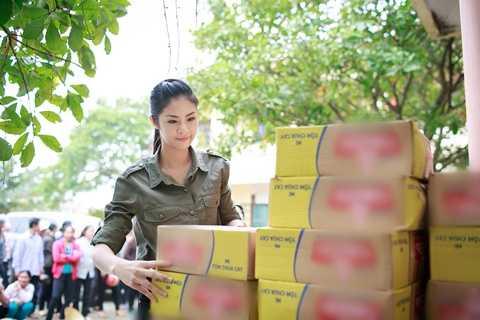 Hoa hậu đã trực tiếp hỏi thăm và trao những món quà nhỏ đến từng tay người dân.