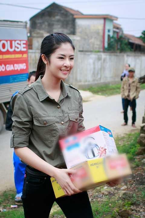 Sau khi trao hết 98 phần quà tại trụ sở UBND xã Lộc Thủy, Ngọc Hân   cùng đoàn tình nguyện đã đến thăm một số gia đình có hoàn cảnh đặc biệt   éo le.