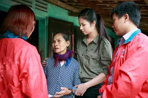 Lắng nghe câu chuyện của cụ Phạm Thị Luyên (75 tuổi), Hoa hậu nghẹn ngào không nói nên lời. Vợ chồng cụ có 8 người con nhưng ai cũng khó khăn về kinh tế. Bà đang sống cùng con út và chăm sóc chồng 77 tuổi mắc bệnh tim.