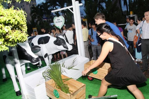 Những   hoạt động thú vị mô phỏng lại quy trình sản xuất Sữa Chọn – sản phẩm   sữa tươi 100% nguyên chất được sản xuất tại Việt Nam theo tiêu chuẩn Hà   Lan
