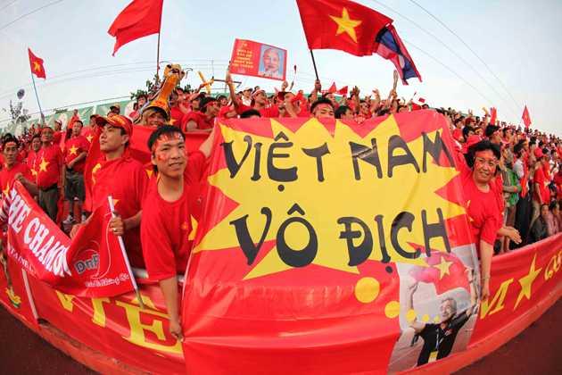 Hình ảnh CĐV Việt Nam trên sân Chao Anouvong, Lào trước trận bán kết SEA Games 25 giữa U23 Việt Nam và U23 Singapore.