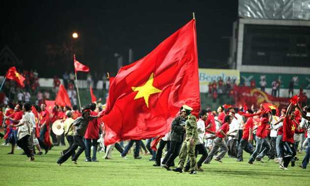 Và đây là cảnh hàng ngàn CĐV Việt Nam tràn xuống sân ăn mừng sau chiến thắng của thầy trò HLV Calisto