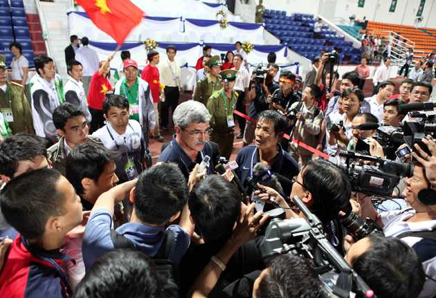 HLV Calisto giữa vòng vây phóng viên. Chiều nay (10/12/2013) gặp lại U23 Singapore sau 4 năm, thầy trò HLV Hoàng Văn Phúc có làm sống lại những khoảnh khắc tưng bừng như trên nơi quên nhà?