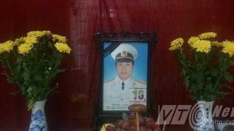 Trung úy Đinh Văn Nam, SN 1982, y sĩ Hải đội 3, Lữ đoàn 125 - thuộc Bộ Tư lệnh Hải quân, anh dũng hy sinh khi làm nhiệm vụ