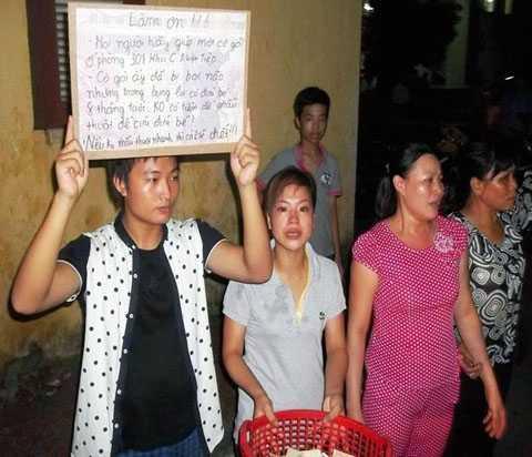 Cô bé bán khoai (đứng giữa) và những người 'buôn thúng bán mẹt' đã đi xin để cứu mẹ con Hà Thị Ngân