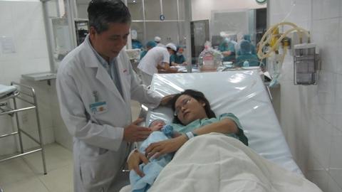 Bác sĩ Trần Ngọc Hải - đại diện lãnh đạo bệnh viện Từ Dũ thăm hỏi sức khỏe sản phụ Ngọc sau khi sinh con (ảnh: N.D)