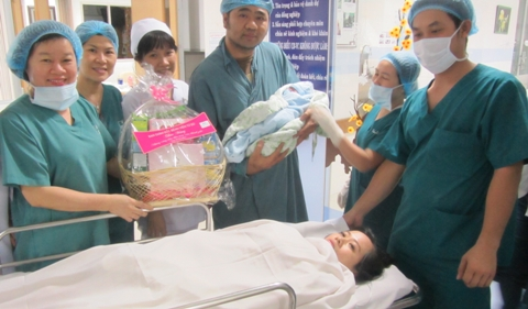 Phó Giám đốc bệnh viện Từ Dũ Huỳnh Thị Thu Thủy tặng quà động viên gia đình sản phụ Xinh sau khi sinh con (ảnh: N.D)