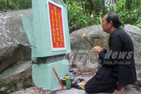Ông Ba Lê thắp hương trước hang động, nơi cả nhà ông đã bị Pol Pot sát hại