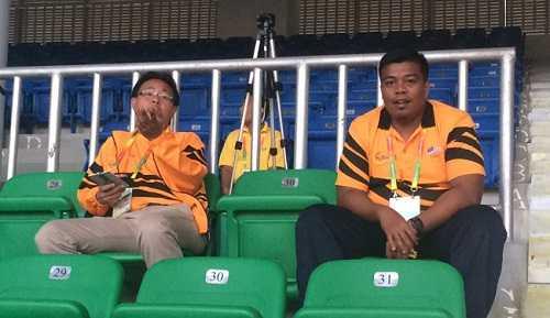 HLV Ong Kim Swee (ngồi bên trái) cùng vị trợ lý của mình trên khán đài
