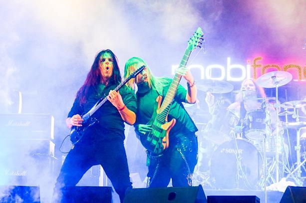 Guitarist Johan Reinholdz và Bassist Linus Abrahamson