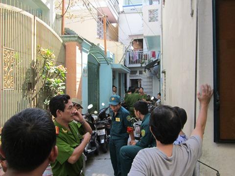 Lực lượng chức năng tiến hành phong tỏa hiện trường, điều tra nguyên nhân vụ cháy