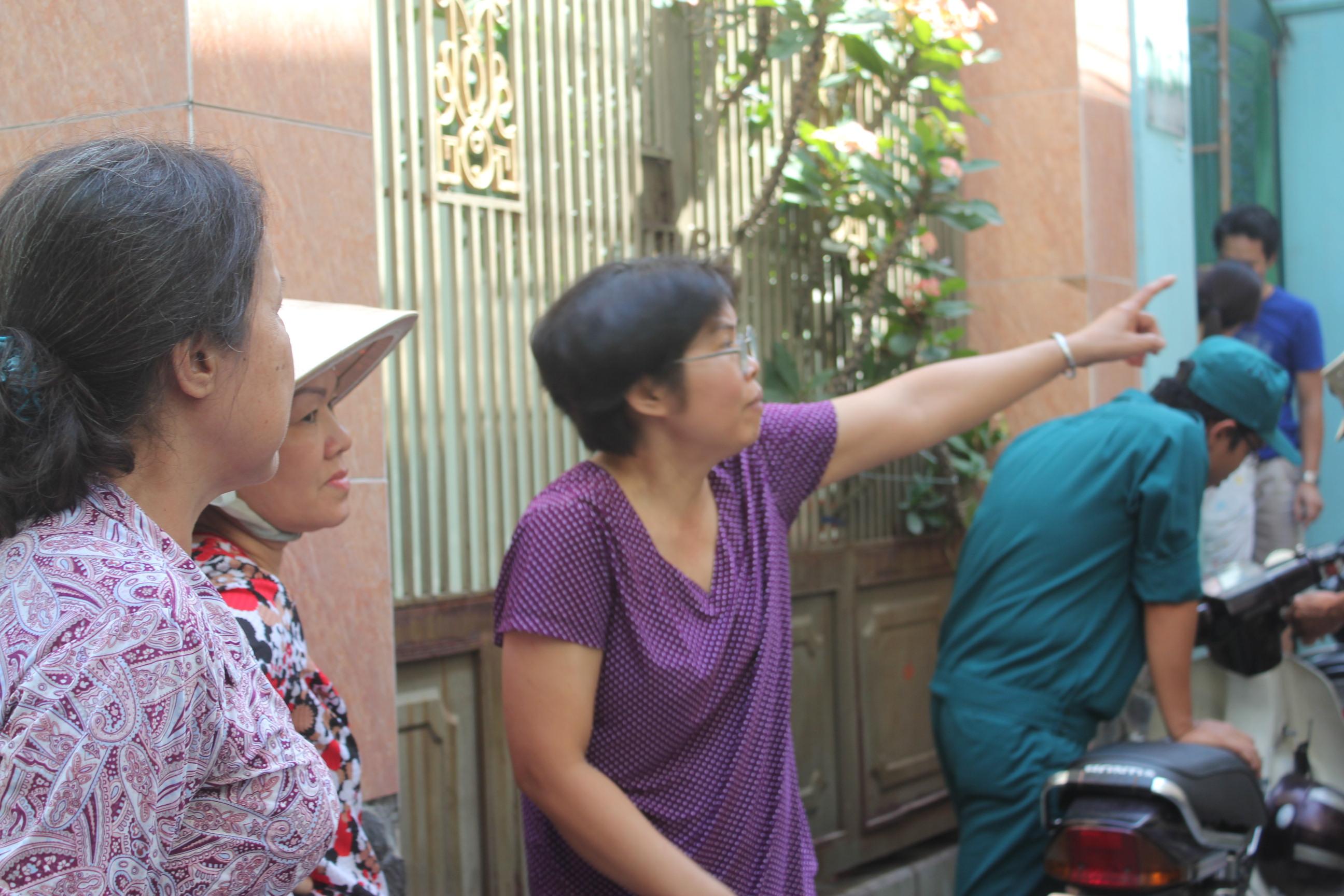 Bà Duyên (đứng giữa) chứng kiến giây phút 15 sinh viên bị kẹt, cầu cứu trong căn nhà rực lửa
