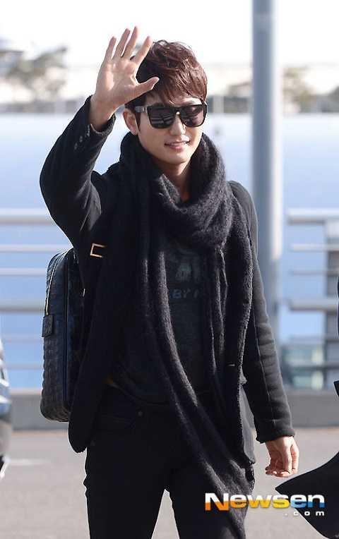 Xuất hiện tại sân bay quốc tế Incheon hôm 29/12, tài tử Park Shi Hoo nở nụ cười tươi, vẫy tay chào fan khi chuẩn bị lên đường sang Trung Quốc đóng phim.