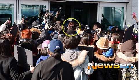 Park Shi Hoo bị fan vây kín tại sân bay.
