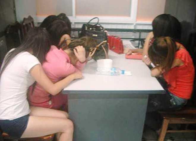 Gái mại dâm bị công an quận Hai Bà Trưng bắt quả tang.