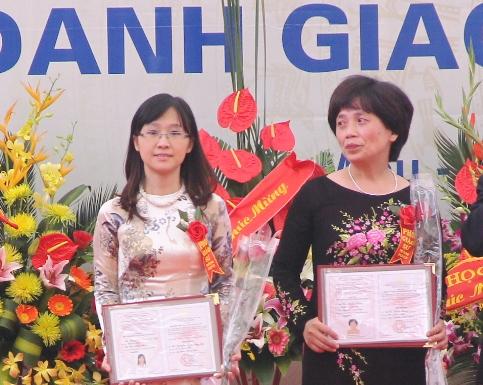 PGS Nguyễn Ngọc Lưu Ly (bên trái) - là nữ PGS trẻ nhất năm 2013  (Ảnh: Phạm Thịnh)