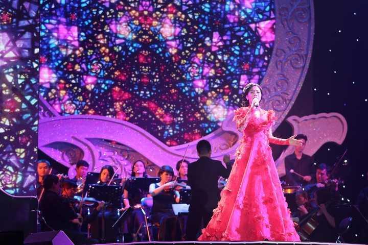 Lệ Quyên mang dáng dấp của một diva khi cô mặc một   chiếc váy rực rỡ, đứng yên một chỗ hát cùng nhóm bè gần 20 người và dàn   nhạc giao hưởng