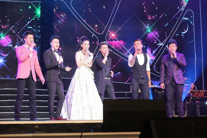 Lệ Quyên cùng khách mời hát ca khúc 'Hãy trả lời em' để kết thúc một đêm diễn trọn vẹn.