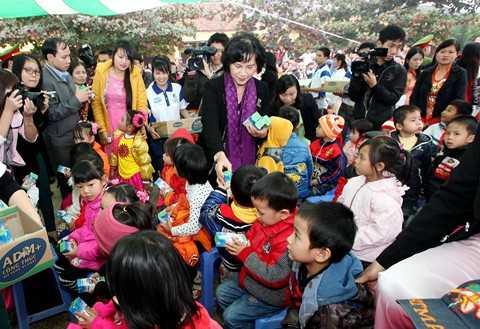 Bà Nguyễn Thị Kim Ngân, Phó Chủ tịch Quốc Hội- Ủy viên Bộ chính trị, Bí thư Trung ương Đảng trao sữa cho trẻ em huyện Cẩm Khê (Phú Thọ).