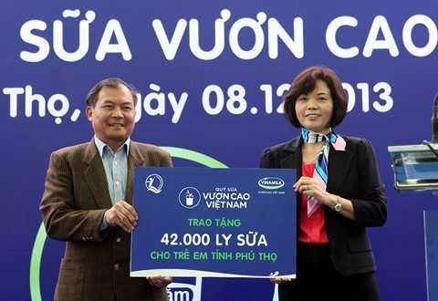 Bà Bùi Thị Hương – Giám Đốc Đối Ngoại Vinamilk đại diện Quỹ sữa Vươn cao VN trao tặng 42 ngàn ly sữa cho trẻ em tỉnh Phú Thọ.