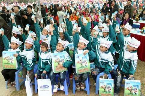 Niềm vui uống sữa của các em bé trên địa bàn xã Đồng Lương, Cẩm Khê, Phú Thọ với hộp sữa Vinamilk vừa được trao tận tay.