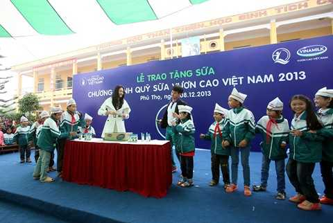 Hai Đại sứ của chương trình Quỹ sữa Vươn cao VN  là  Nghệ sỹ Xuân Bắc và Hoa hậu Hương Giang trò chuyện và cùng chơi những trò chơi vui nhộn với các em bé xã Đồng Lương.