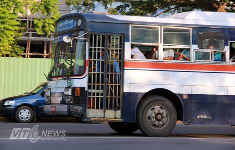 Xe bus với cửa sắt có chắn song ở Yangon (Ảnh: Nhạc Dương)