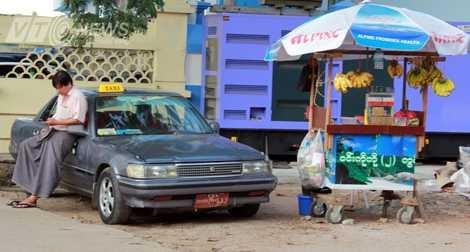 Một chiếc taxi đứng chờ khách ở Yangon (Ảnh: Nhạc Dương)