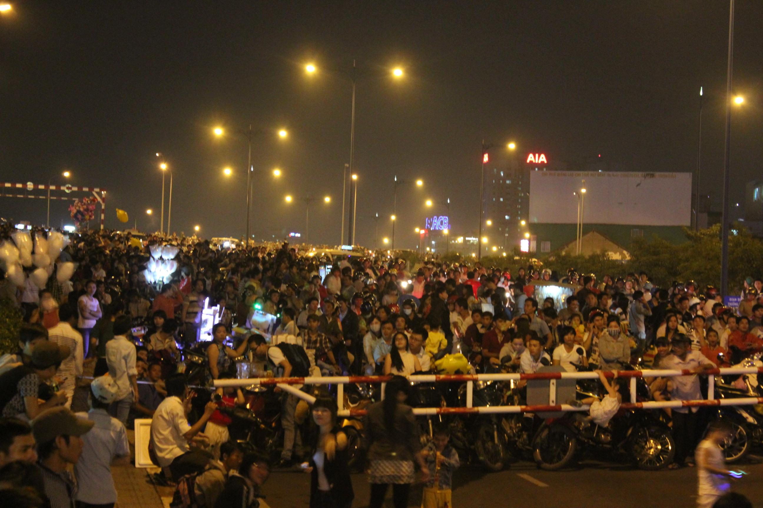 Hàng vạn người chực chờ xem bắn pháo hoa trên cầu Calmette