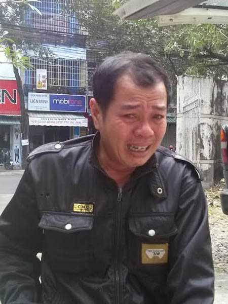 Cha của em Tu Ngọc Thạch đến Bệnh viện tỉnh Khánh Hòa nhận xác con ngày 31.12