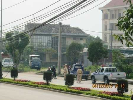 Lái xe đứng trước đầu ô tô của mình, một mực không cho lực lượng CSGT đưa xe về đồn.
