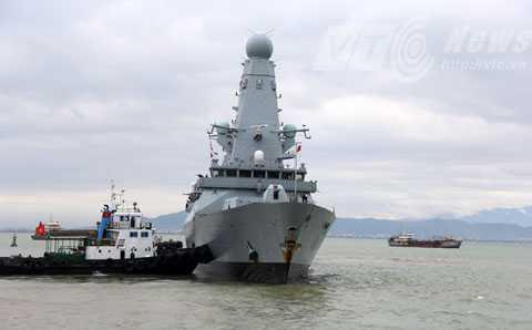 Đúng 9h sáng 18/12, tàu khu trục HMS Daring (D32) đã tiến vào cầu cảng