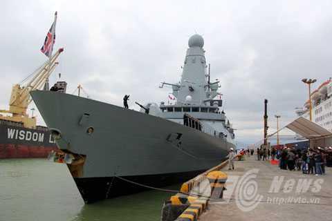 Đúng 9h50, chiến hạm HMS Daring đã cập cảng, chính thức bắt đầu chuyến thăm hữu nghị 4 ngày tại Đà Nẵng