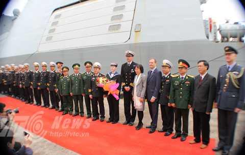 Các bên chụp ảnh lưu niệm tại buổi đón tiếp ngay tại chân cầu cảng