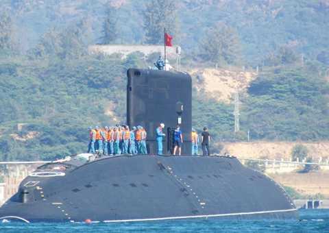 Hải quân Việt Nam dựng quốc ký trên tàu ngầm HQ 182 Hà Nội sau khi hạ thủy (Ảnh: Tiên Minh - TTXVN)