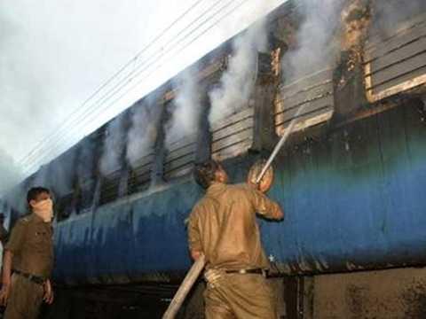 Tàu hỏa Ấn Độ bốc cháy