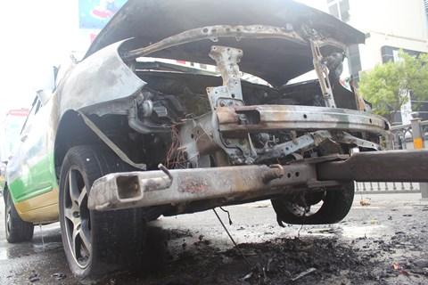Phần mui xe bất ngờ phát cháy khi chiếc xe taxi đang trên đường vào sân bay Tân Sơn Nhất