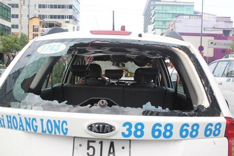 Tài xế phá cửa kính phía sau taxi lấy hành lý cho khách