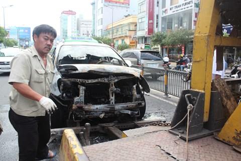 Chiếc taxi được xe cứu hộ di dời khỏi hiện trường