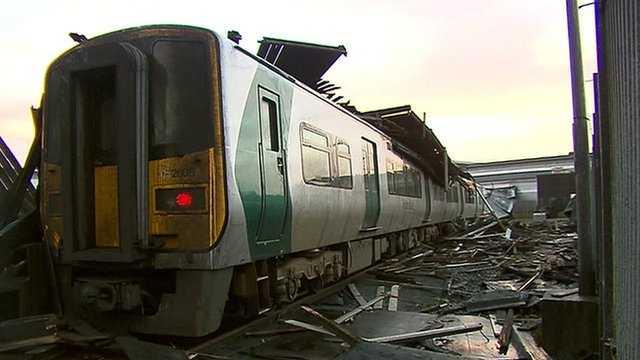 Ga tàu hoang tàn sau bão