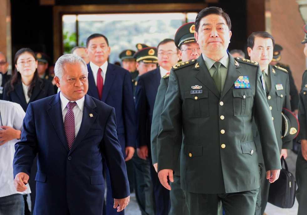 Bộ trưởng Quốc phòng Indonesia Purnomo (trái) và người đồng cấp Trung Quốc Thường Vạn Toàn