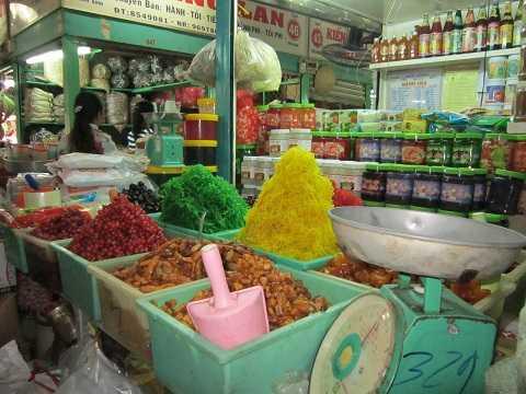 Nhiều loại mứt được bày bán tại các chợ trần như nhộng