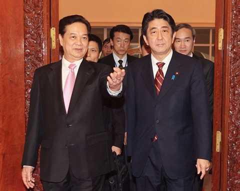 Thủ tướng Nguyễn Tấn Dũng và Thủ tướng Nhật Bản Shinzo Abe trong chuyến thăm Việt Nam của ông Abe tháng 1/2013 (Ảnh: Đức Tám/TTXVN)
