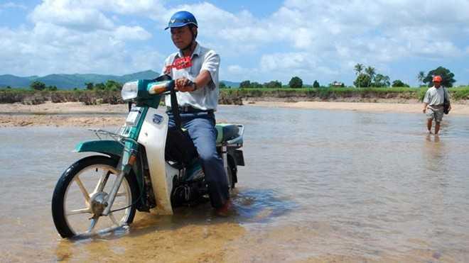Giáo viên ở các huyện vùng sâu vùng xa hai tỉnh Gia Lai, Kon Tum phải dạy học trong điều kiện khó khăn nhưng chế độ hỗ trợ vẫn còn thấp. Trong ảnh: hai giáo viên THCS tại huyện Ia Pa (Gia Lai) trên đường đến điểm trường.